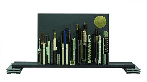 Некоторые работы Франко - силуэты небоскрёбов на фоне неба.  Другие же скульптуры выглядят как архитектурные модели...
